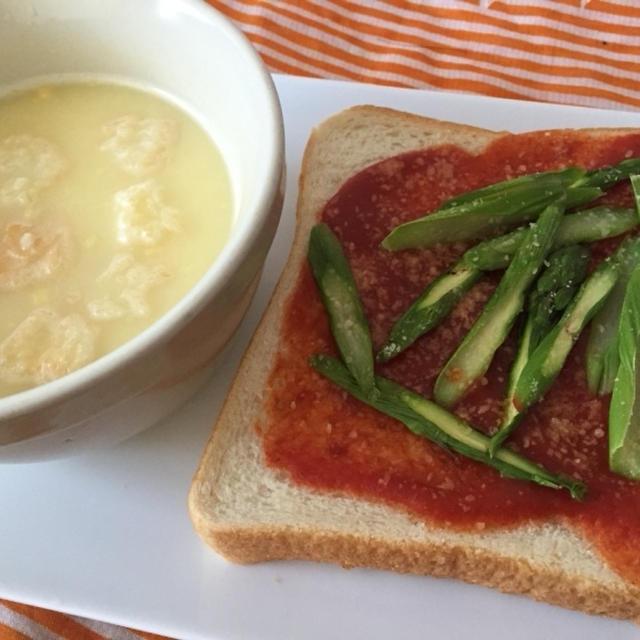 今日の朝ごはん^_^PASCOの超熟でアスパラピザパン