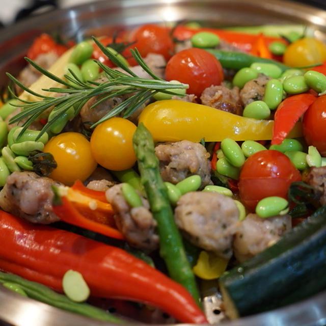 カラフル夏野菜と自家製サルシッチャで、真夏の蒸し野菜鍋。