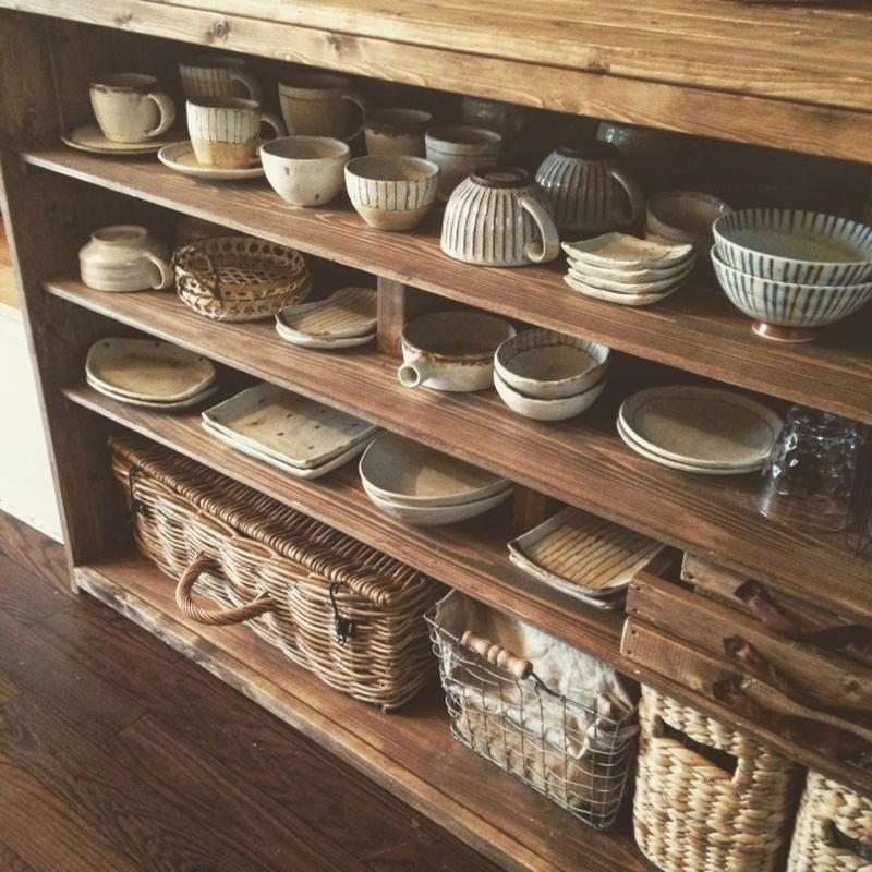 """戸棚の中に収納しつつも、""""見せる""""ことを意識して、雑貨屋さんのように並べるのもGOOD!食器を何枚も..."""