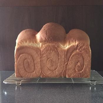 パンと食器とお菓子