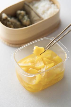 2)汁気をしっかりきる<br><br>汁気があるおかずは箸でつまんでよくふって汁気をきったり、ペーパ...