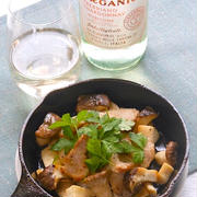 タヴェルネッロオルガニコトレッビアーノシャルドネに豚バラ肉とエリンギのガーリックソテー。