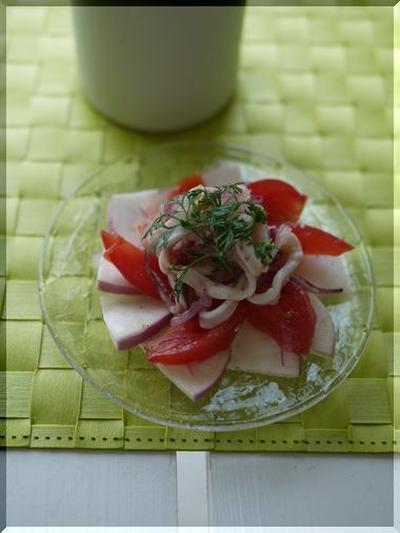 イカと赤い野菜のナンプラー和えとドライトマトとバジルのパン。