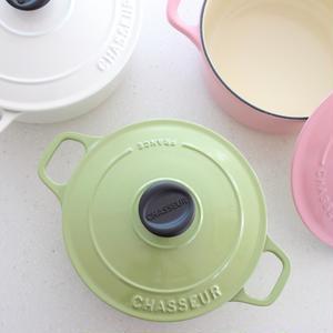 最近「シャスール」のお鍋にハマっています。ラウンドキャセロールの18cm(ピスタチオ)と20cm(ホ...