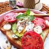 モッツァレラとトマトのバジルマリネのオープンサンドイッチ