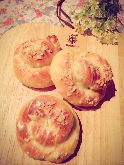 メープルとアーモンドのうずまきパン。