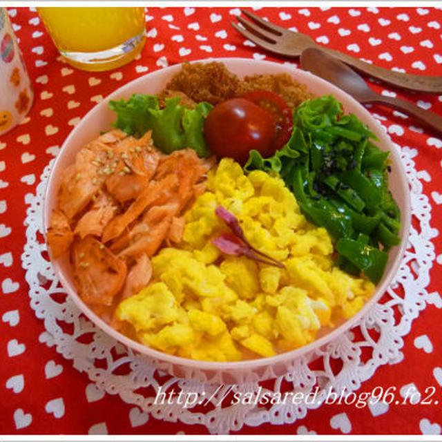 3色そぼろ弁当 ケッパーピクルスのせ焼き鮭・桜の塩漬のせ甘い卵・胡麻油と塩炒めピーマン ひと口ヒレかつ