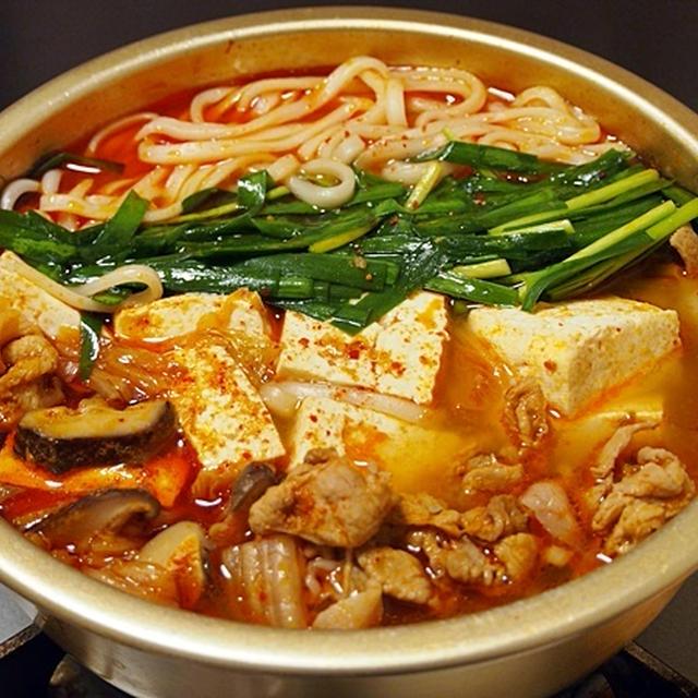 干し椎茸や煮干しでコクを出す。【キムチ味のうどんすき】