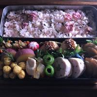 お弁当(桜の炊き込みご飯)