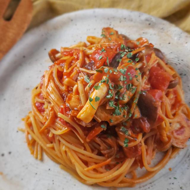 【お家パスタの限界突破】アンチョビときのこのトマトソースパスタ