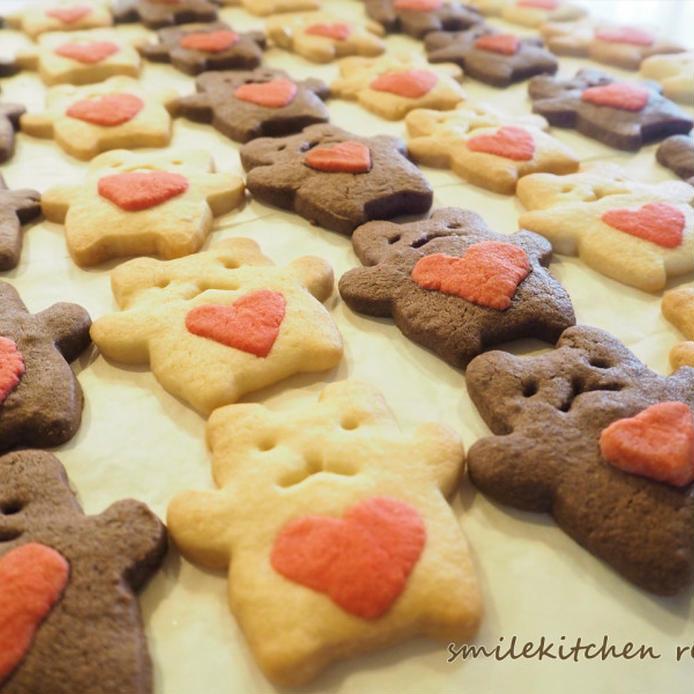 胸元に赤いハートを持ったクマさんのクッキーが並べれている画像
