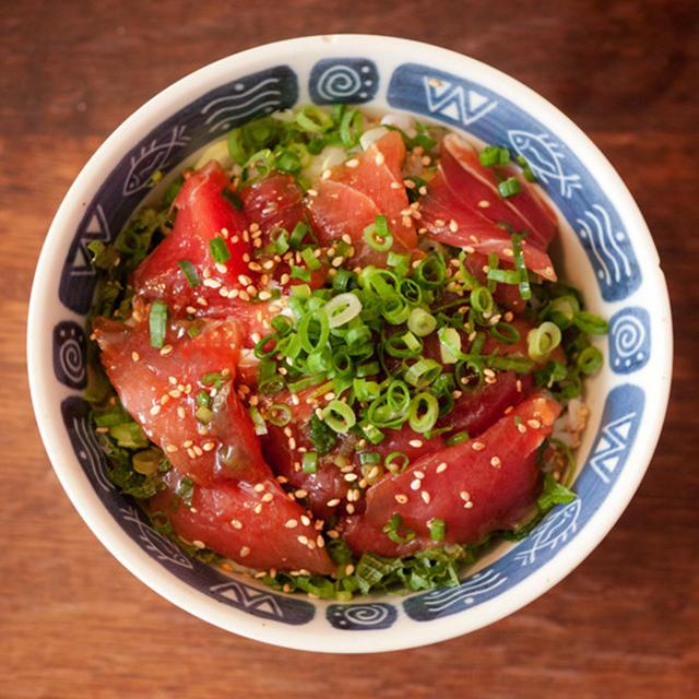 夏のヅケ丼は薬味たっぷり!めんつゆでちゃちゃっと!