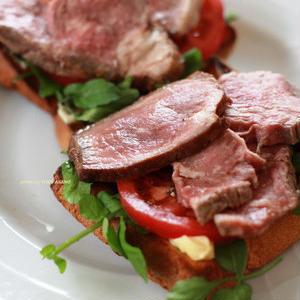 朝ごはんに食べたい!肉のせボリュームオープンサンド♪