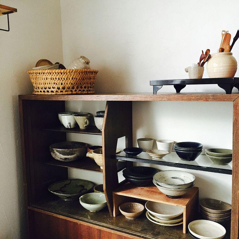 テイストの揃った和食器が、まるで芸術品のように美しく並べられた食器棚。お気に入りの器だけを厳選して並...
