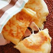 [捏ねない!発酵20分!]フライパンでとろ~りチーズとベーコンのパニーニ