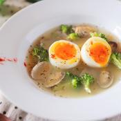 あさりとブロッコリーの半熟卵入りスープ