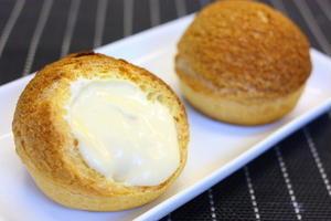 国産バター入りのクッキーを乗せて焼き上げたサクサクのシュー生地の中に、天然バニラビーンズ入りのカスタ...