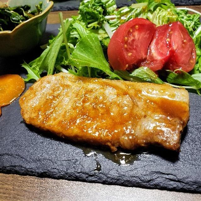三つ葉たっぷりのお味噌汁と分厚い豚肉で生姜焼きステーキ!