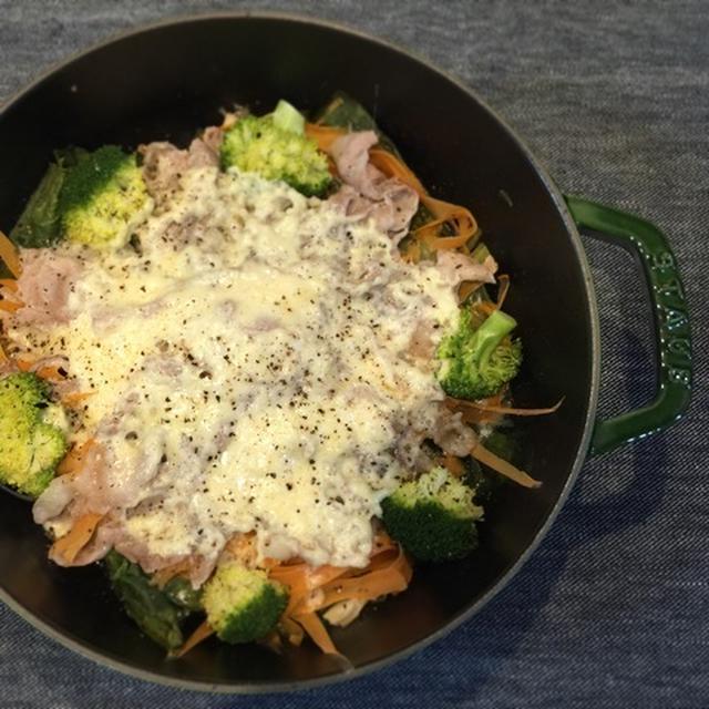ストウブブレイザーでたっぷり野菜と豚バラのチーズ蒸し