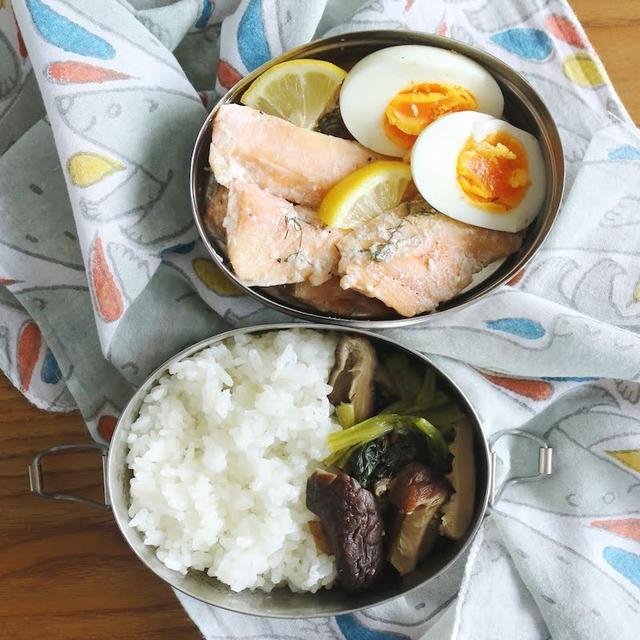 二段弁当箱に盛り付け サーモンのお魚弁当