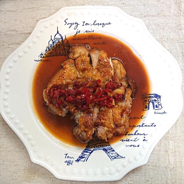 カリカリ鶏ももにピーマンとにんにくをのせた甘酢ソースステーキ(鶏もも肉、鶏肉)