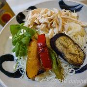 【レシピ】 鶏と夏野菜のエスニック素麺(そうめん)白いエスニック風チキンスープがポイント!