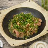 鶏もも肉の梅しそ煮|たっぷり青しそを乗せて香りを愉しむ|「新にほんの食卓だより」掲載のお知らせ