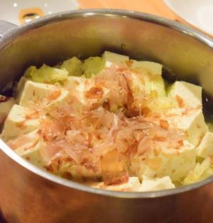 そのまま食卓にドン。白菜と豆腐だけ鍋