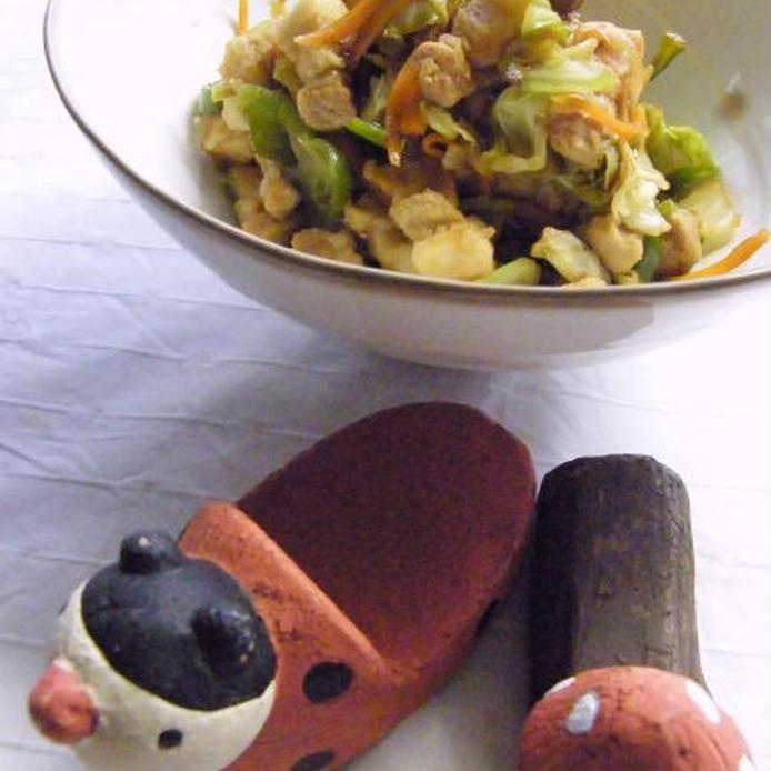 茶色いフチの白い器に盛られた、豚バラ肉・キャベツ・たっぷり野菜の味噌炒め