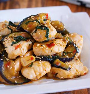 ご飯もお酒も止まらないっ!!『鶏むね肉となすの台湾風♡ピリ辛スタミナ蒸し』