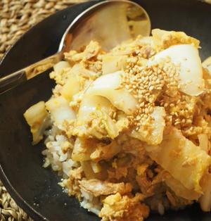 余った白菜の漬物をリメイク!包丁要らずで簡単アレンジ「白菜漬けとツナの卵とじ丼」レシピ
