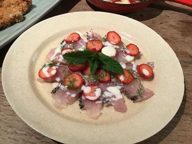 黒鯛のカルパチョ、スライス苺、ヨーグルトのソース、ミント、ディル