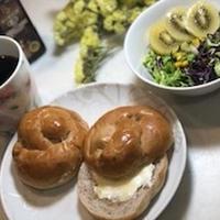 朝ごはん クルミパンと彩りコールスロー