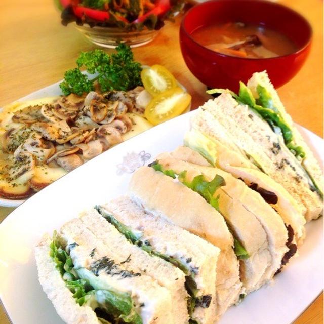 桜海老食パンでツナサンド。ラクレットのマッシュルーム乗せ。