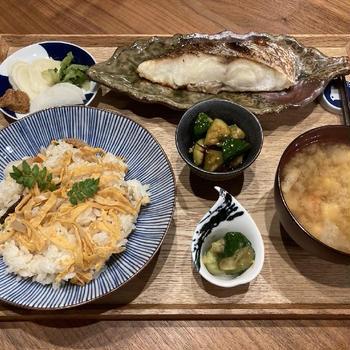 【献立】たけのこ寿司、真鯛の塩焼き、新生姜に味噌、たたききゅうりの胡麻酢和え、たたききゅうりの梅肉和え、根菜と豆腐のお味噌汁