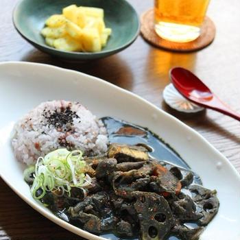 根菜の黒ごまみそカレー 栄養満点真っ黒カレー