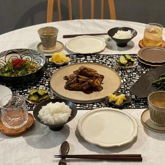 だんなさまが作ってくれた「黒酢の酢豚」の夜ごはんと、お布団に群がるニャンズ