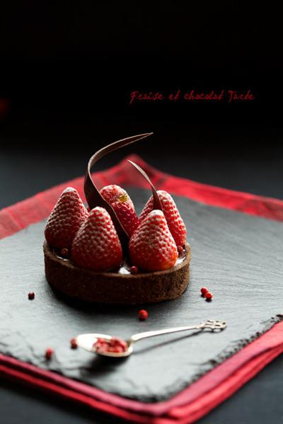 バレンタインのタルト 苺とチョコとピンクの胡椒
