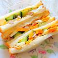 """ランチや軽食に最適 """" チキンと卵・キュウリのサンドイッチ """""""