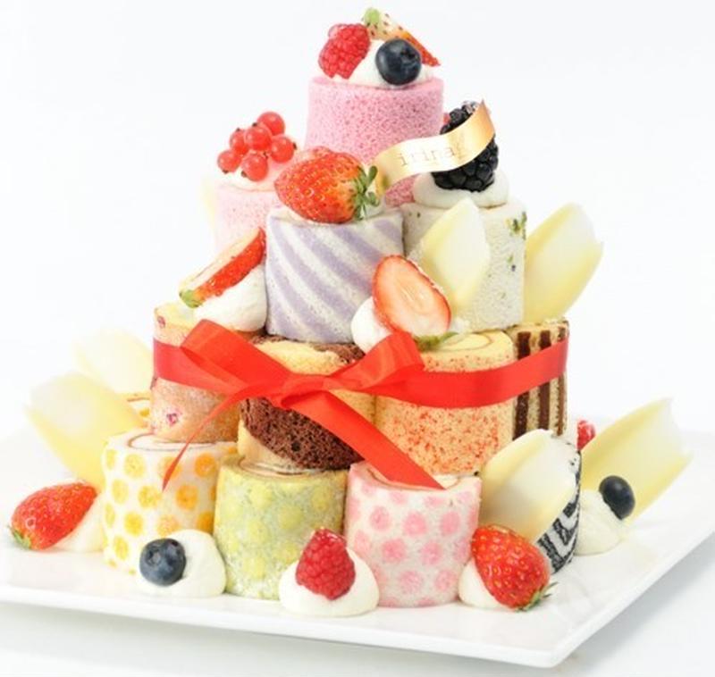 カラフルな25種のロールケーキをデコレーションして作る、「ロールタワー」のキットです。1つ1つ違うフ...
