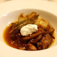 豚スペアリブとブラウンマッシュルームの赤ワイン煮込み ドリップヨーグルト添え