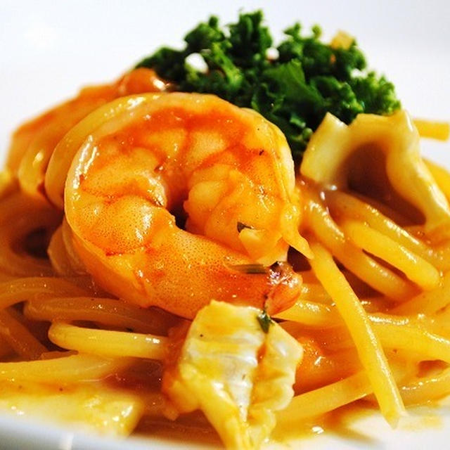 簡単に作れてリッチな味わい♪もっちりとろ~りがたまらない♪海老とモッツァレラチーズのトマトパスタ