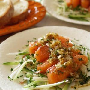 おもてなしにぴったり♪お刺身サーモンのサラダ