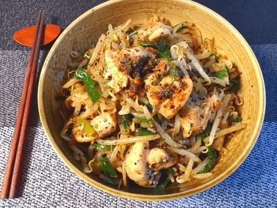 モヤシ好きハウス。レンチン一発黒ゴマ坦々麺風鶏サラダ(糖質6.6g)