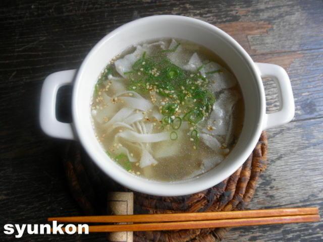 器に盛られた餃子の皮スープとお箸