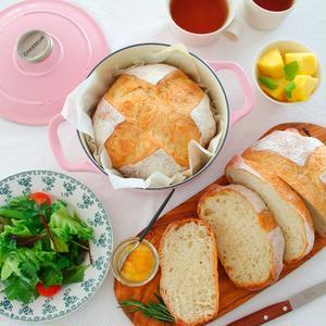 それから、「サブライム」のラウンドキャセロールの方は「捏ねないパン」を焼くのに使っているんです。<b...