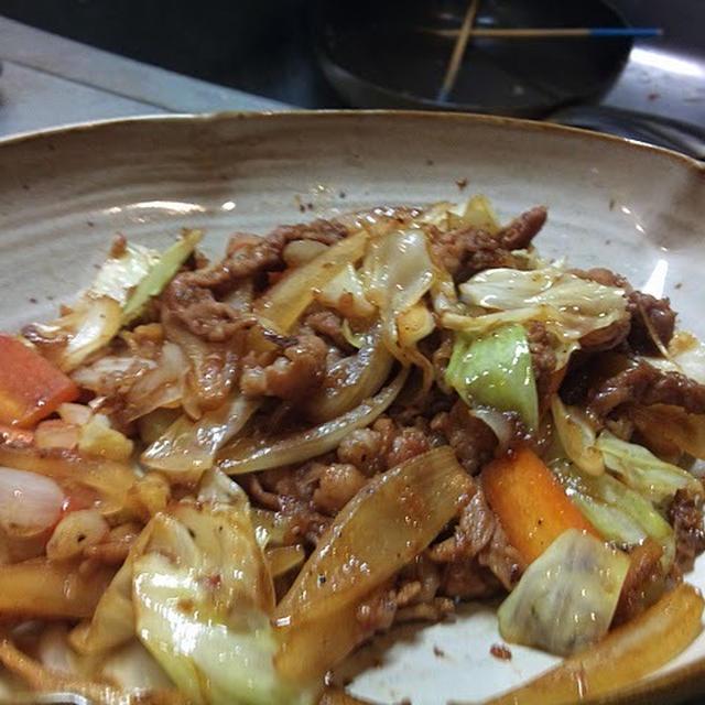 豚肉キャベツ玉ねぎ人参を炒めて皿に盛ったもの