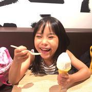 5歳、ソフトクリームを食べる。