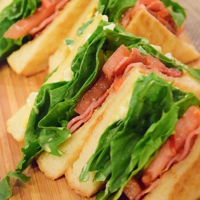 ベーコンとレタスとトマトでBLTサンドイッチは、女子に大人気