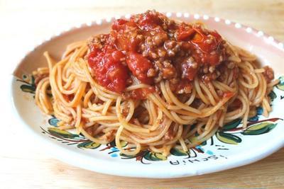 麺も一緒にゆでます。レンジだけで作れるミートソーススパゲッティ